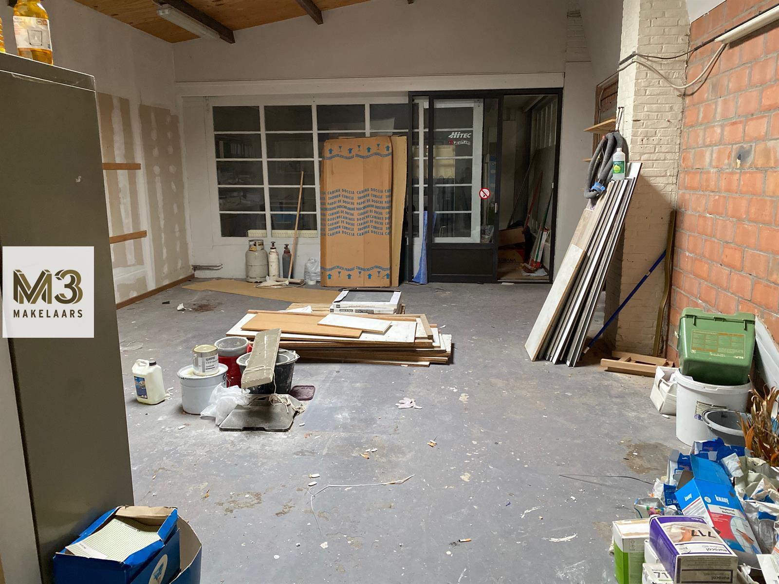 Winkel met magazijn en appartement.